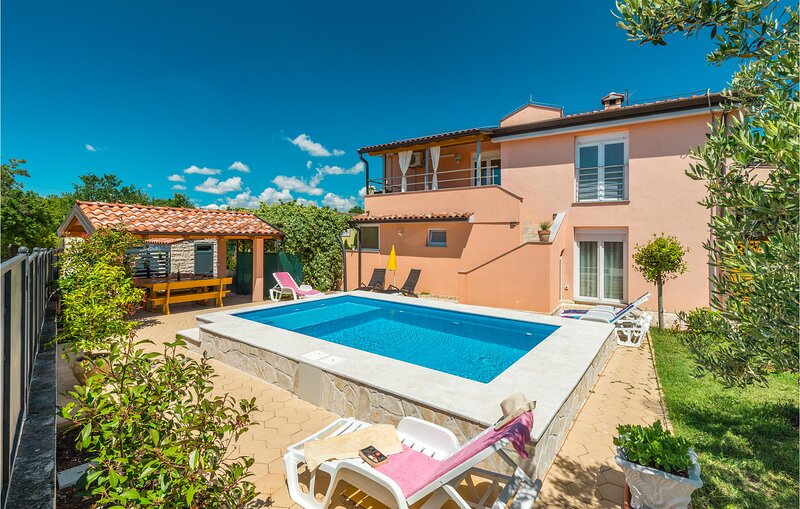 Nice home in Porec with WiFi and 2 Bedrooms (CIE495), alquiler vacacional en Zbandaj