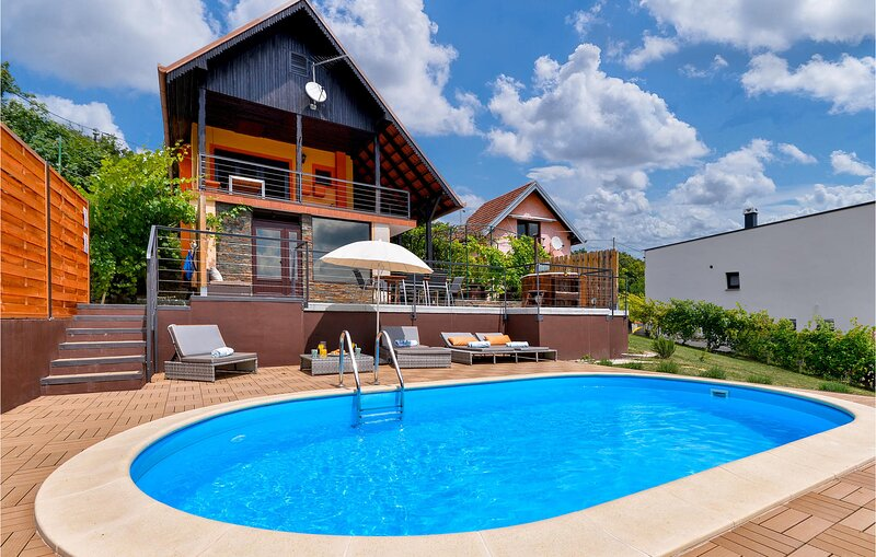 Awesome home in Sveti Ivan Zelina with Outdoor swimming pool, Jacuzzi and 2 Bedr, location de vacances à Sveti Martin