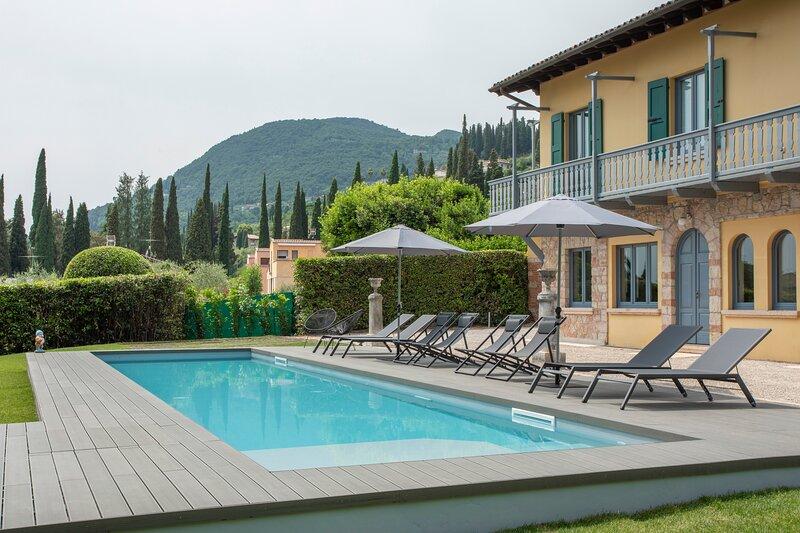Gardone Riviera Villa Sleeps 8 with Pool Air Con and WiFi - 5892745, location de vacances à Barbarano di Salo