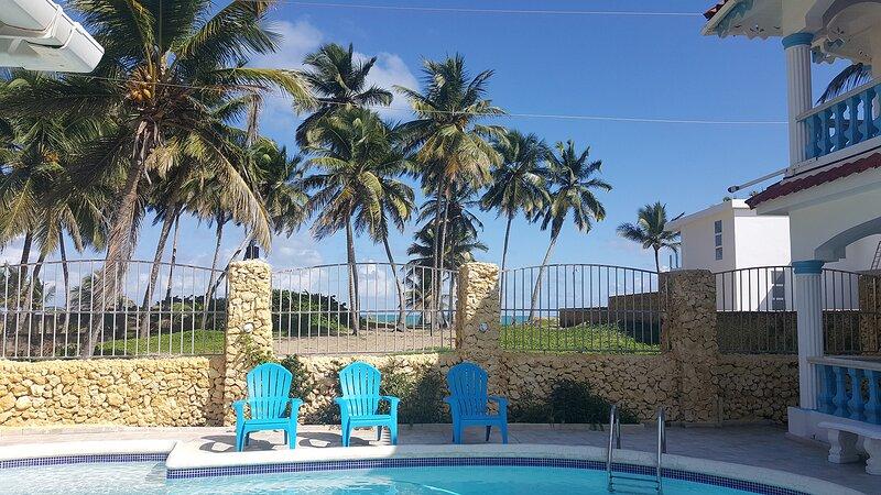 Hotel room with private bathroom on quiet sandy beach! Pool/WiFi/TV/breakfast, location de vacances à Gaspar Hernandez
