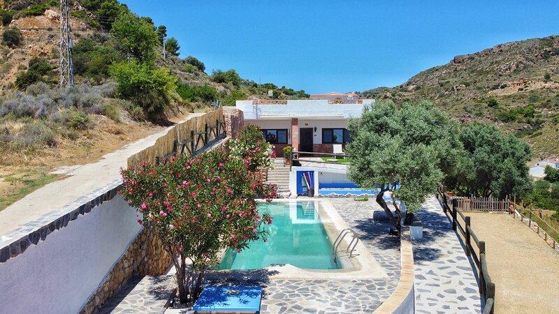 Villa for 4 with a private Pool & Garden, Ferienwohnung in Antas