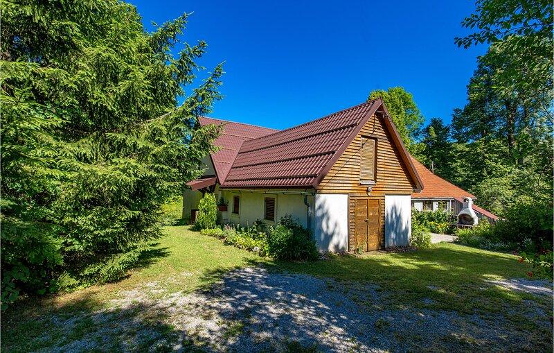 Awesome home in Fuzine with 3 Bedrooms (CKB106), aluguéis de temporada em Begovo Razdolje