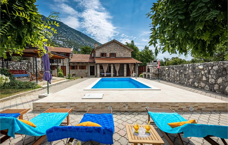 Amazing home in Drivenik with Outdoor swimming pool and 5 Bedrooms (CKA233), location de vacances à Tribalj