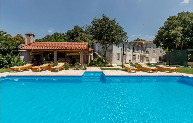 Awesome home in Vinjani Donji with WiFi and 5 Bedrooms (CDC068), location de vacances à Posusje