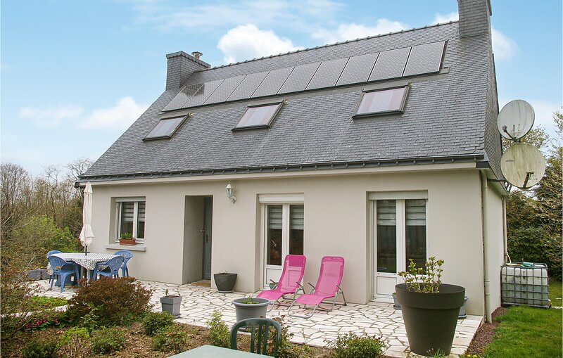 Stunning home in Plouay with WiFi and 4 Bedrooms (FBM234), location de vacances à Plouay