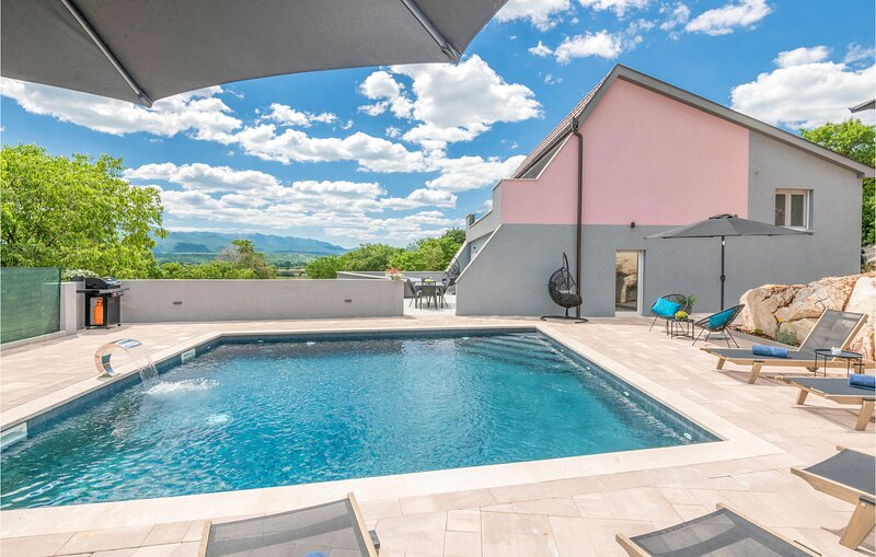 Awesome home in Donji Vinjani with Outdoor swimming pool, Jacuzzi and 4 Bedrooms, location de vacances à Posusje