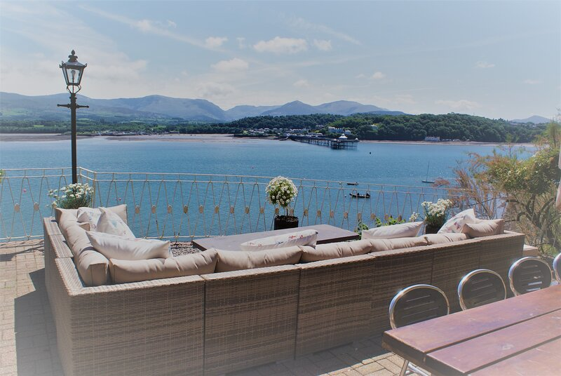 EXCLUSIVE HOUSE PRIVATE BEACH SEA FRONT SLEEPS 13 AMAZING VIEWS, holiday rental in Beaumaris
