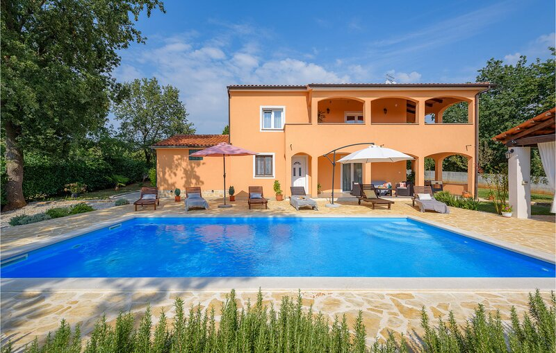 Beautiful home in Sv.Lovrec with WiFi and 3 Bedrooms (CIC141), location de vacances à Sveti Lovrec