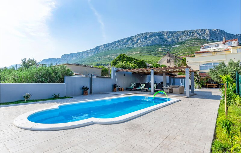 Nice home in Solin with Outdoor swimming pool, WiFi and 5 Bedrooms (CDC299), aluguéis de temporada em Solin