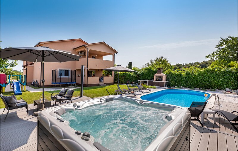 Beautiful home in Marcana with Outdoor swimming pool, Sauna and WiFi (CIC999), casa vacanza a Muntic