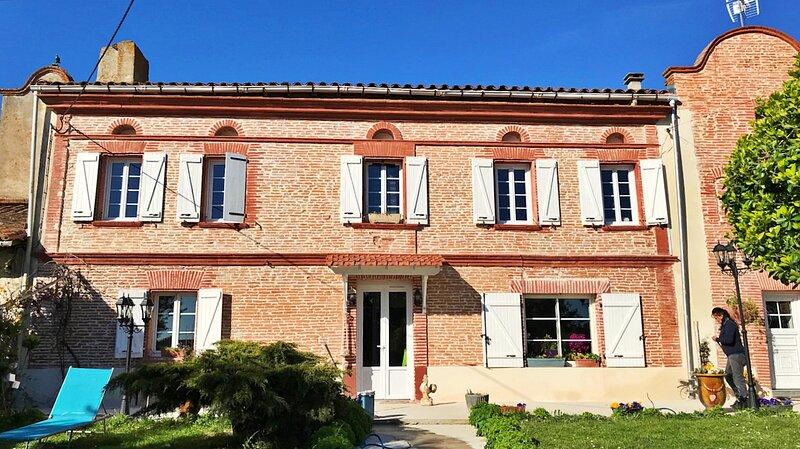 Gite 10 pers.+ 2 ,avec piscine, 350m2, labellisé 4clés, au Sud de Toulouse s, holiday rental in Montgaillard-Lauragais