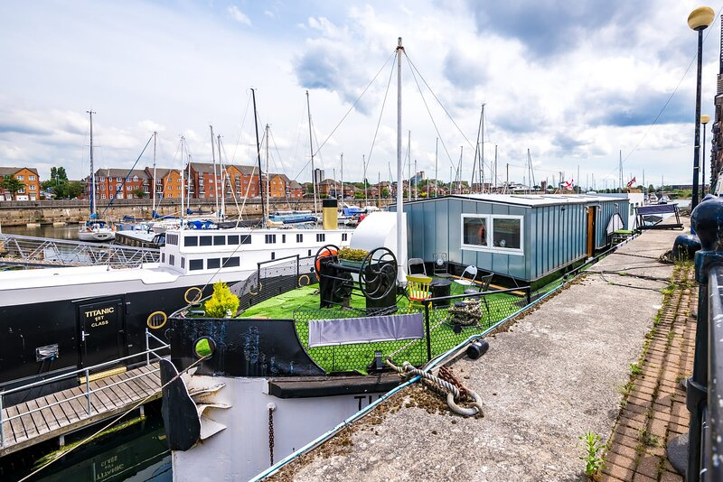 Large luxury house boat- 5 ensuite bedrooms, holiday rental in Heswall