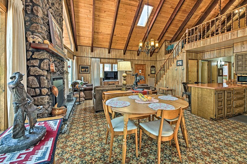 NEW! Rustic Retreat w/ Porch < 1 Mi to Pinetop CC!, alquiler vacacional en Vernon