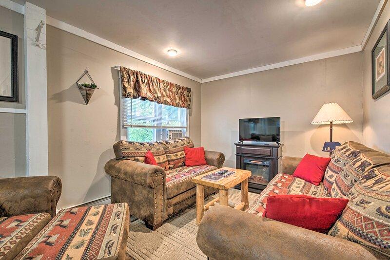 NEW! Quaint Home w/ Lake Views < 10 Mi to Elk Mtn!, holiday rental in Jackson