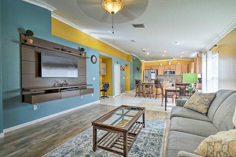 NEW! Colorful Ruskin Escape w/ Community Amenities, casa vacanza a Duette