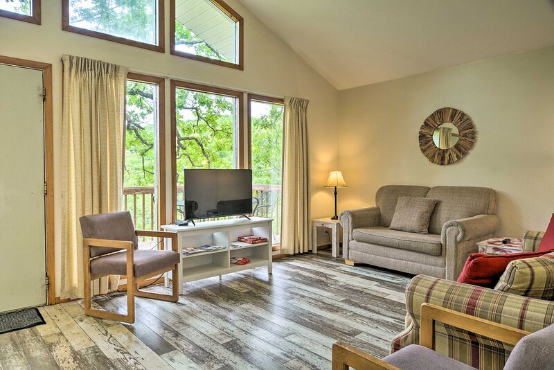 NEW! Pet-Friendly Branson Cabin with Private Deck!, alquiler vacacional en Indian Point