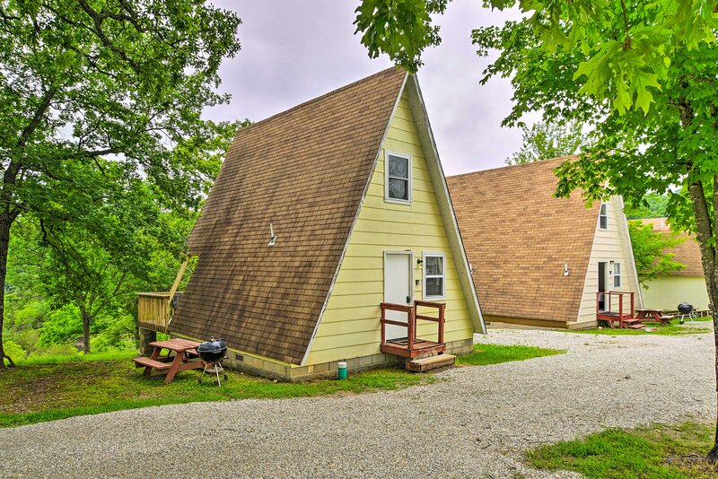 NEW! A-Frame Branson Cabin w/ Deck, Dock, Pool!, alquiler vacacional en Indian Point