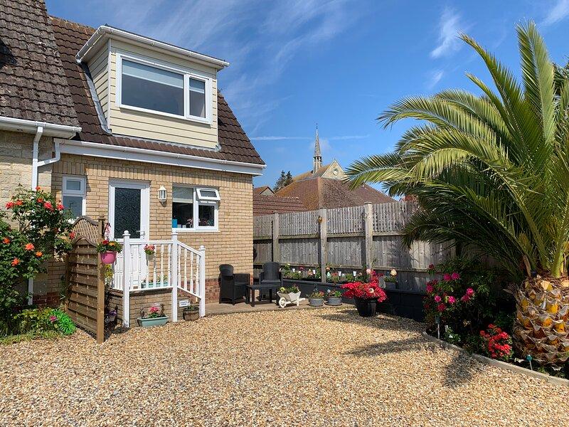 FANTASTIC Holiday home in Sandown (Private Entrance) close to beach with garden, alquiler de vacaciones en Sandown