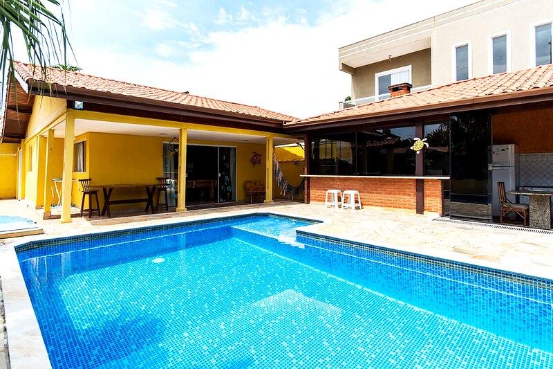 Caraguatatuba - casa com piscina, churrasq e Wi-Fi, vacation rental in Caraguatatuba