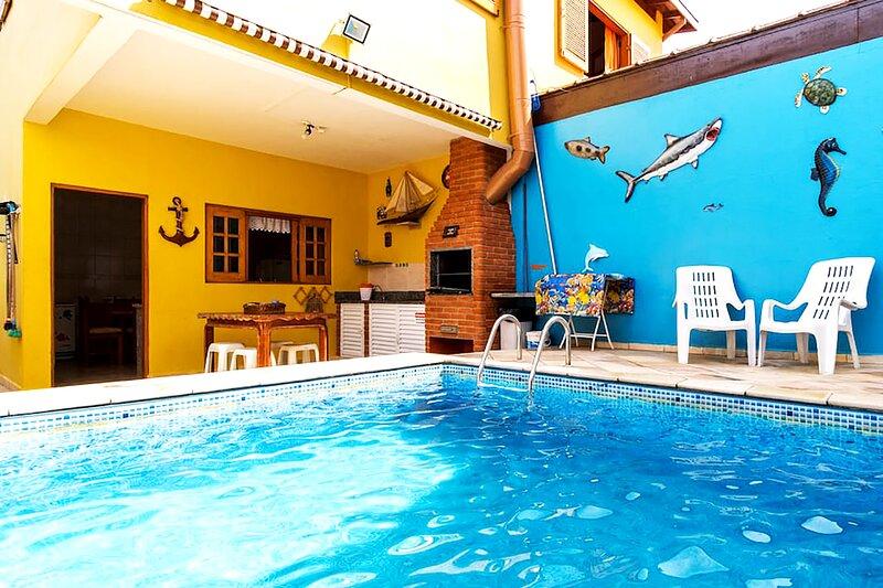 Casa na praia com Wi-Fi, piscina e churrasqueira, vacation rental in Caraguatatuba