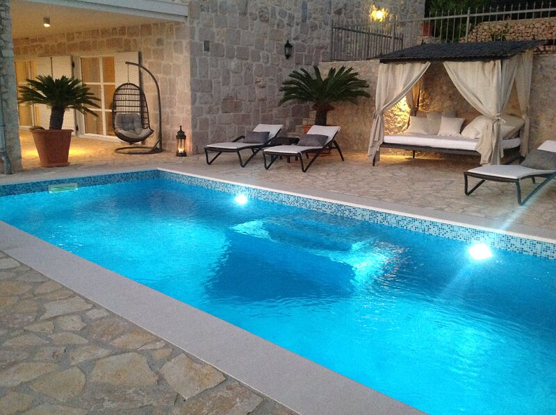 Luxury Lovely Decorated Seaside Villa With Private Pool, 25 min to Split Airport, alquiler vacacional en Vinisce