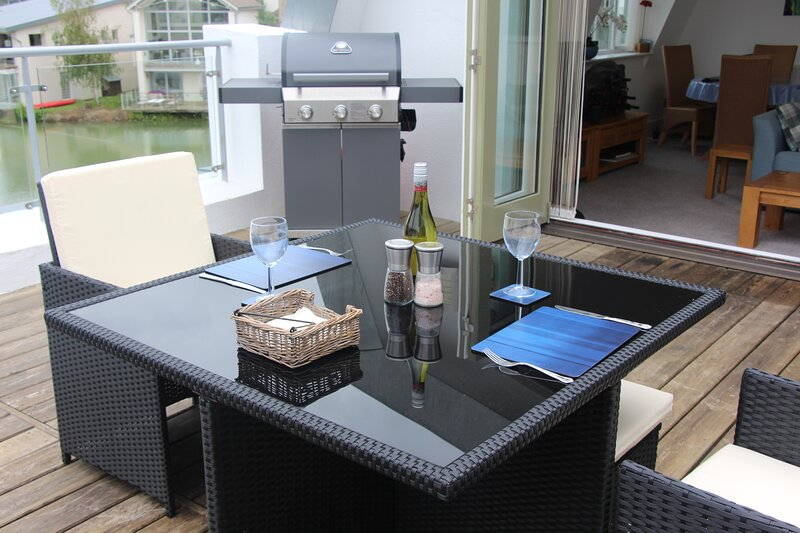 Penthouse Apartment with Lakeside Views, Large Balcony and Spa Membership, vacation rental in Minety