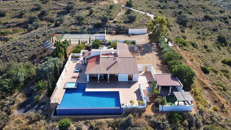 Large rural hilltop villa with infinity pool, Ferienwohnung in Antas
