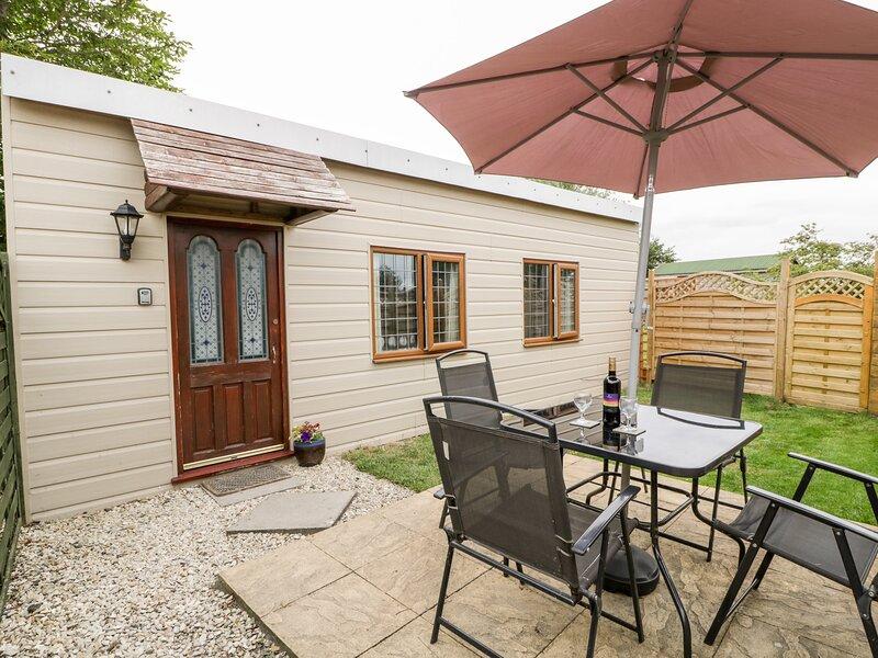 WISTERIA CHALET, detached single-storey cottage, lawned area, parking, near, location de vacances à Mark