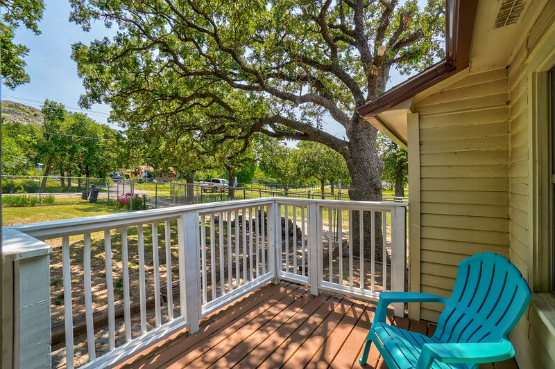 Mountain Views at chic 3 BDR, 2 Bath house, holiday rental in Medicine Park