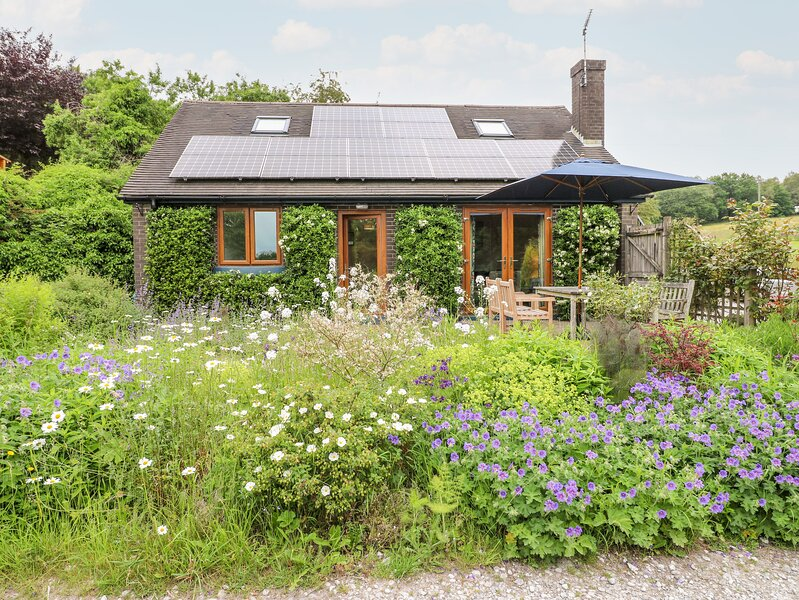 BARKS COTTAGE, pet friendly, country holiday cottage, with a garden in, vacation rental in Ipstones