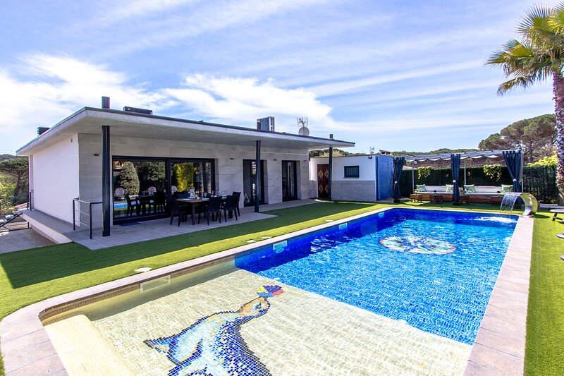 Catalunya Casas: Modern Vacation Paradise 'Villa Ainmi' on the Costa Brava!, holiday rental in Brunyola