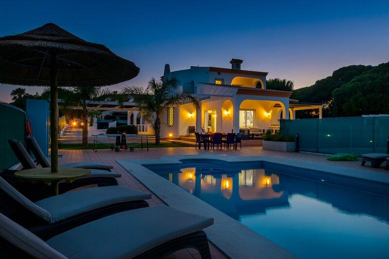Villa Carlivo is a superb, modern 5 bedroom, 5 bathroom villa with table tennis, alquiler vacacional en Olhos de Água