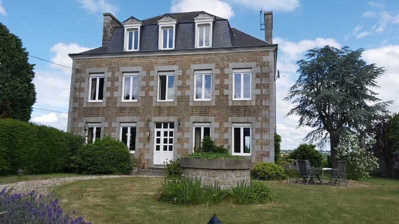 Spacious village house ideal for family fun, relaxation and exciting days out., holiday rental in Montabot
