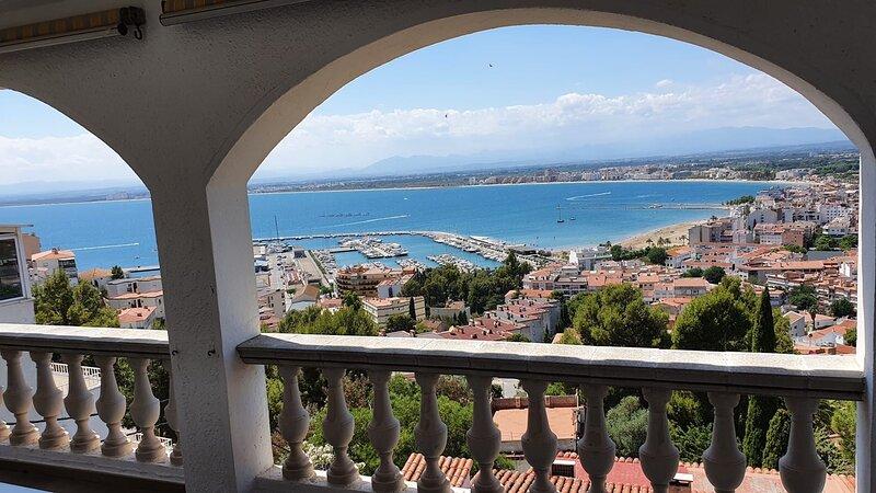 Merveilleuse vue sur la mer dans quartier calme et résidentiel, alquiler de vacaciones en Roses