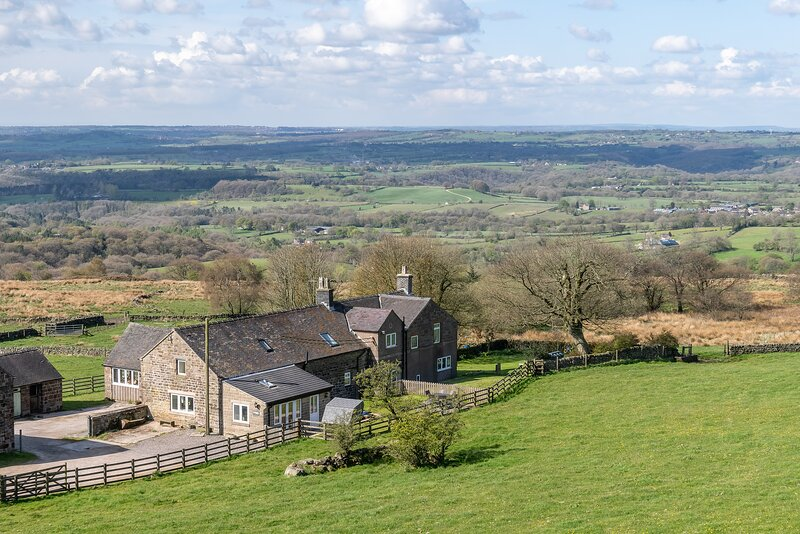 New & modern barn conversion sleeps up to 9 people close to Alton Towers, vacation rental in Ipstones