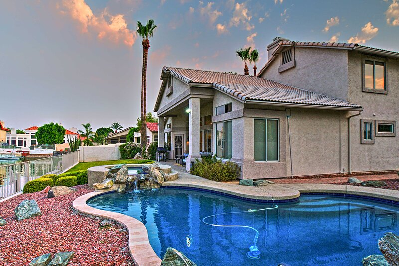 NEW! Lakefront Home w/ Pool, Hot Tub, & Boat Dock!, holiday rental in Peoria