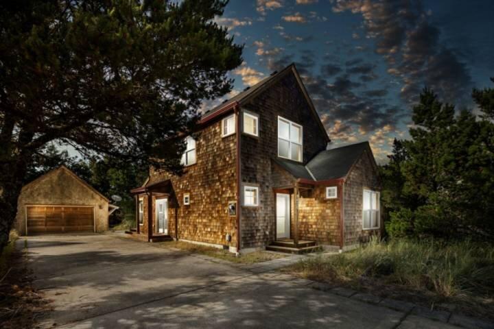 Fantastic Newly Updated Coastal Home, Pet Friendly, Short Walk to Beach, 1/2 Mil, casa vacanza a Cloverdale