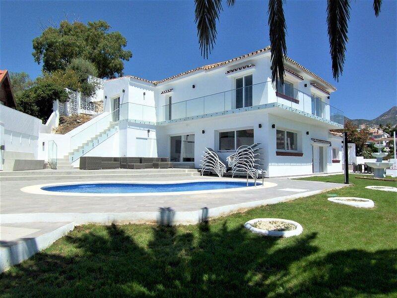 Fabulous Luxury 7 Bed 7 Bath Villa with Heated Pool Hot Tub Sea Views 5min Beach, vakantiewoning in Torrequebrada