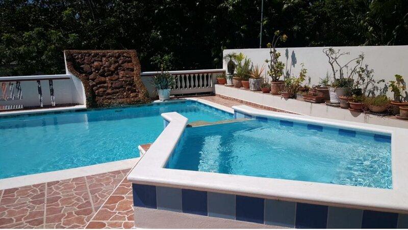 Apartment steps from a quiet surfing beach, pool/TV/Wi-fi/AC, location de vacances à Gaspar Hernandez