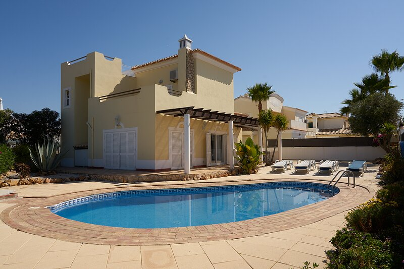 Ocean Breeze 5 bedroom detached villa, private pool, terrace and BBQ., holiday rental in Albufeira
