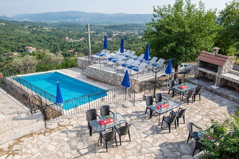 Palma Gora -  5 unique stone apartments with pool, sea and mountain views, aluguéis de temporada em Tivat