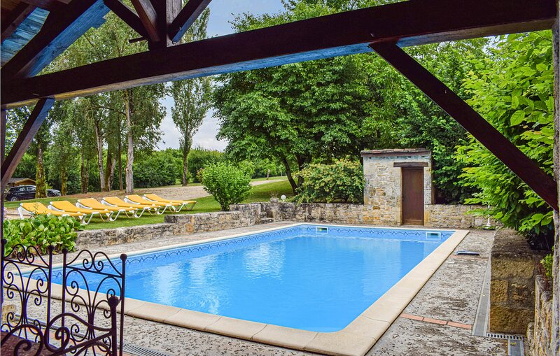 Stunning home in Monségur with Outdoor swimming pool, Sauna and 7 Bedrooms (FAT, location de vacances à Condezaygues