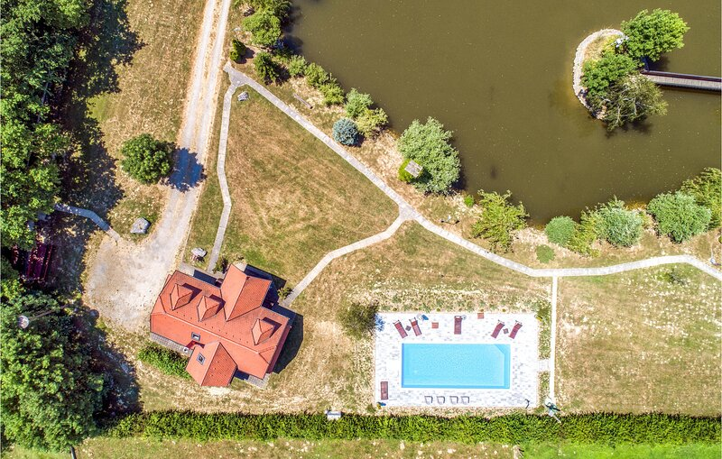 Stunning home in Mala Ludina with Outdoor swimming pool, WiFi and 3 Bedrooms (CC, holiday rental in Kapelica
