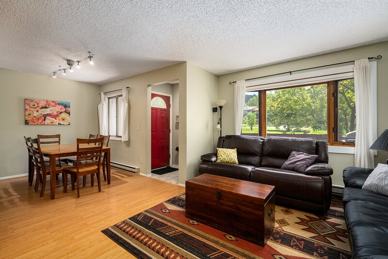 Cozy Condo Close to the Slopes! On Free Shuttle Route! Hot Tub & Pool, Fireplace, vacation rental in Oak Creek