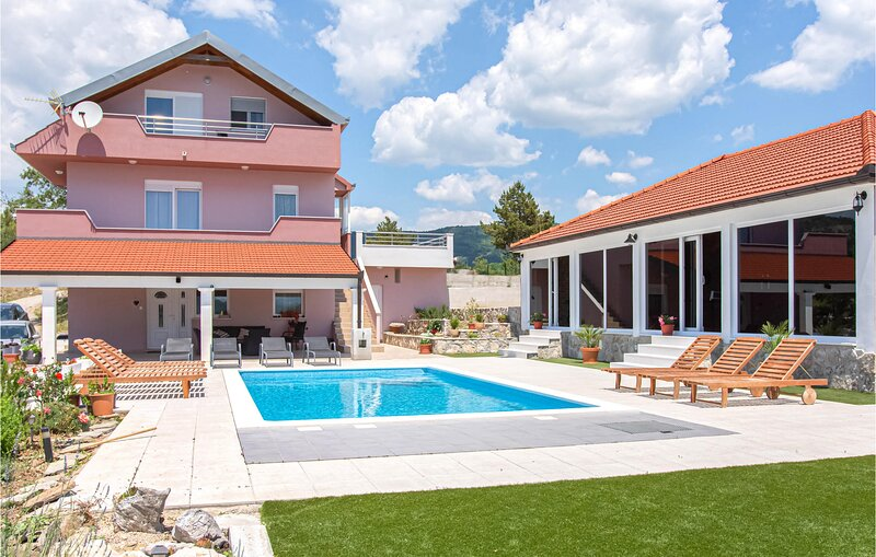 Stunning home in Neoric with WiFi and 5 Bedrooms (CDF706), holiday rental in Radunic