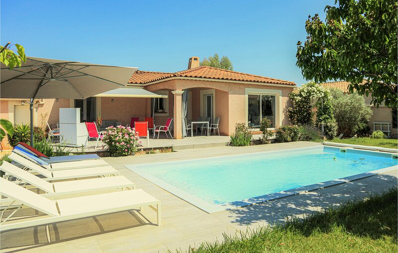 Amazing home in Mallemort with Outdoor swimming pool, WiFi and 3 Bedrooms (FPB42, location de vacances à Alleins