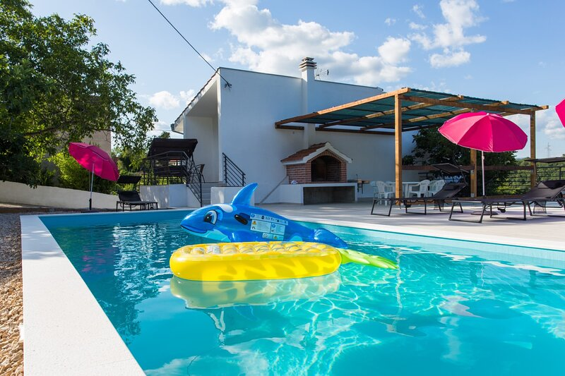 Large 150 m2 apt with pool and 500 m2 garden, casa vacanza a Slime