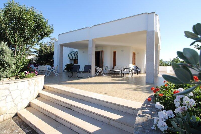 Villa vista mare - con veranda e giardino, alquiler vacacional en Monopoli