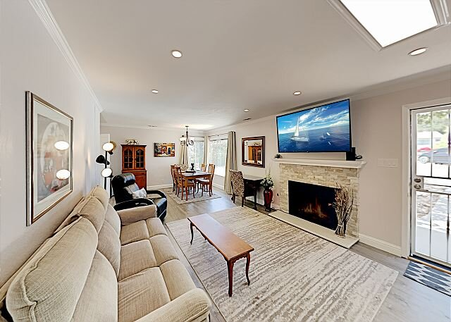 Updated Del Rey Oaks Haven | Outdoor Living | Walk to Park & 5 Min to Beach, holiday rental in Salinas