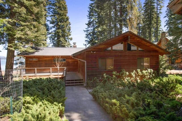 Walker/Buck - Country Club LAKEFRONT with Back Lawn, Dock & Buoy, holiday rental in Lake Almanor Peninsula